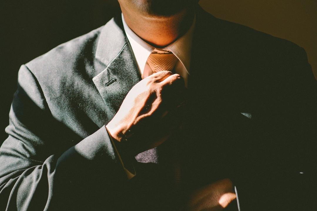 grattarsi il collo comunicazione non verbale